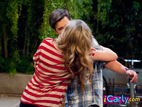 iOMG kiss : iCarly.com