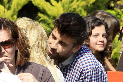 Shakira pique sexy kisses