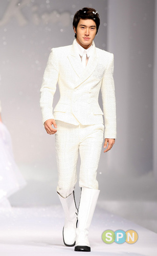 Super Junior پیپر وال containing a well dressed person, a business suit, and a suit called siwon (Andre kim fashion show)
