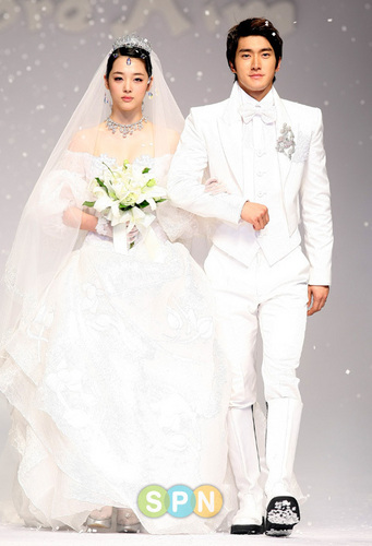 Super Junior hình nền possibly containing a bridesmaid titled siwon and sulli (Andre kim fashion show)