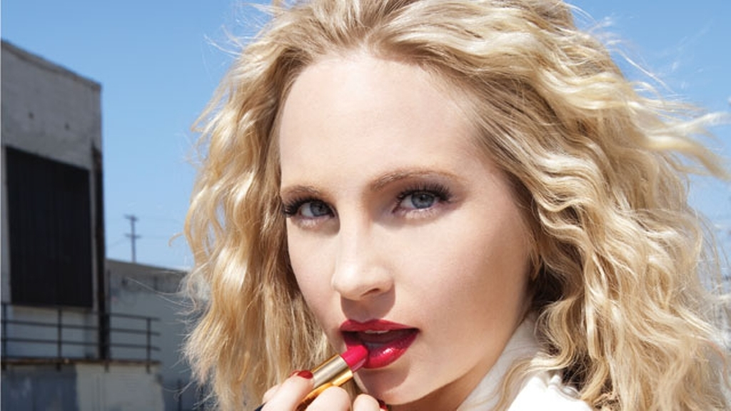 Better quality photo of Candice in 'Watch!' magazine! [December 2010]