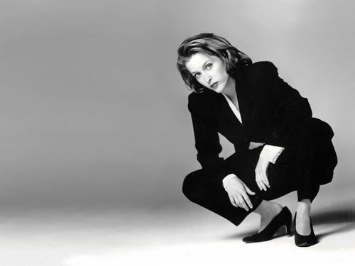 Dana Scully achtergrond with a well dressed person, a business suit, and an outerwear called Dana Scully