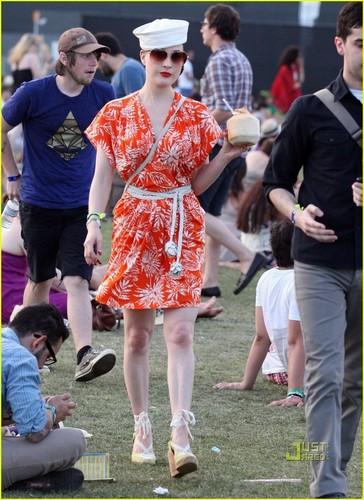 Dita Von Teese: oranje u Glad It's Coachella?
