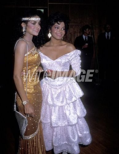 Janet Jackson wallpaper containing a gown, a dinner dress, and a balldress entitled JANET JACKSON AND LATOYA JACKSON AT THE AMERICAN MUSIC AWARDS 1985