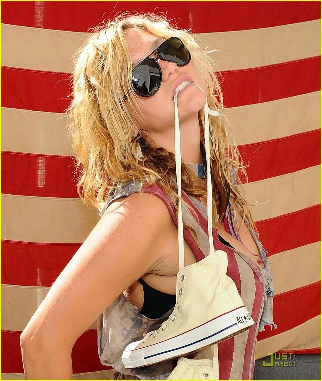 Ke$ha: Lacoste Lady at Coachella!