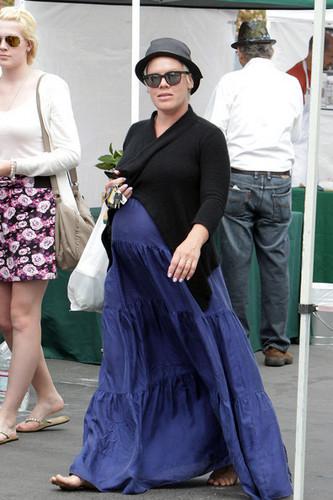 розовый at a Farmers' Market in Malibu - April 17