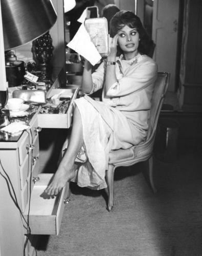 Sophia Loren wallpaper containing a sewing machine titled Sophia Loren