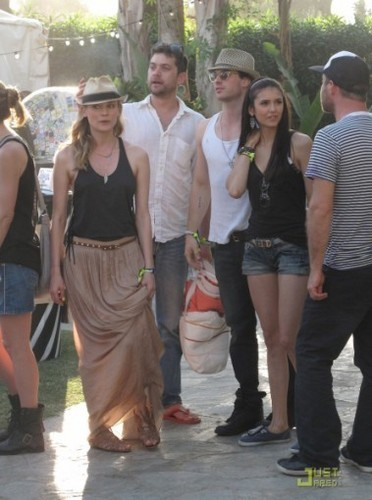 Damon&Elena and Ian&Nina Hintergrund probably with a straße called nina+ian at the 2011 Coachella