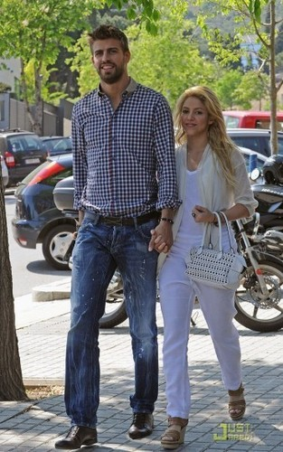 too big height difference! - shakira-and-gerard-pique Photo