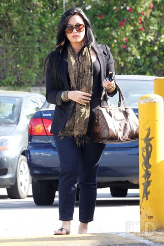 Demi - Visits the Nine Zero One salon & shops at Urban Outfitters in Studio City, 21 April 2011 - HQ