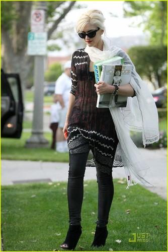 Gwen Stefani: Kingston's Nail Polished Toes!
