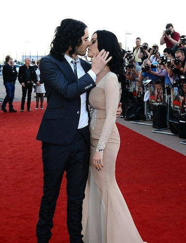 Katy Perry and Russell Brand at the 伦敦 Premiere of Arthur
