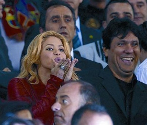 Shakira, with his brother পরবর্তি Tonino, send a চুম্বন from the stage Pique Barca Mestalla