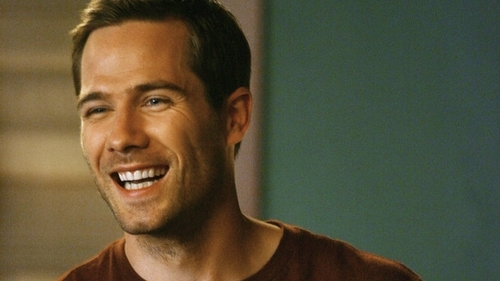Luke Macfarlane Hintergrund with a portrait called brothers and sisters