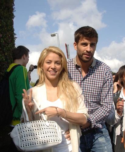 Shakira pique sky