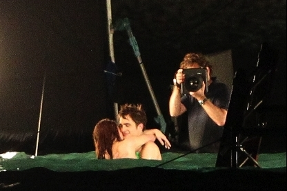Mafuatano ya Twilight karatasi la kupamba ukuta probably containing a tamasha entitled Behind the scenes: Breaking Dawn