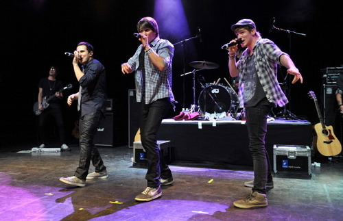 Big Time Rush performing at Shepherd's झाड़ी, बुश Empire in लंडन