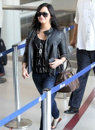 Demi - Arriving at LAX - Arriving at LAX - 23 April 2011