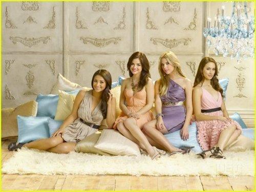 Emily Season 2 Promotional các bức ảnh
