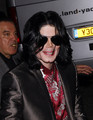 Michael at London Theatre - michael-jackson photo