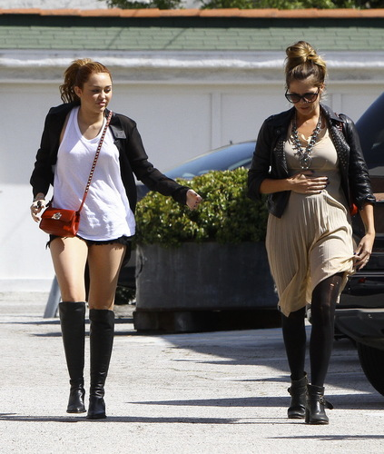 Miley - Shopping in Toluca Lake (23rd April 2011)