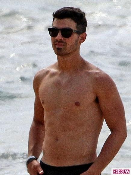 Nick&Joe Jonas at hawaii!