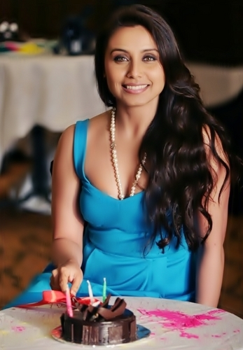 Rani Mukherjee kertas dinding called Rani Mukherjee celebrate her birthday at her residence in Mumbai