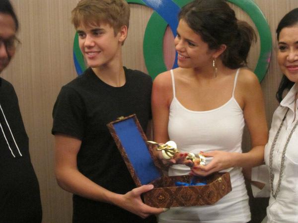 justin bieber 2011 april. Selena - Backstage at Justin