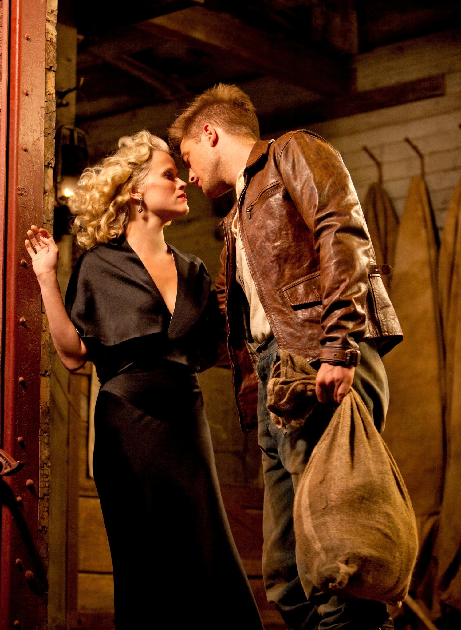 water for elephants Orphaned and penniless at the height of the depression, jacob jankowski escapes everything he knows by jumping on a passing train-and inadvertently runs away with the circus so begins water for elephants, sara gruen's darkly beautiful tale about the characters who inhabit the less-than-greatest.