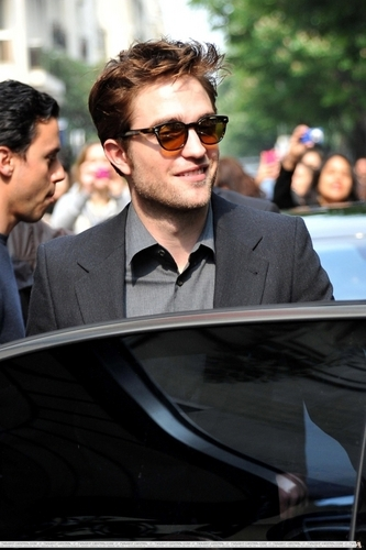 *NEW PICS* Rob in paris