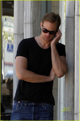 Alexander Skarsgård 壁纸 titled Alexander Skarsgard: Lunch Break at Joan's on Third