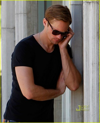 Alexander Skarsgård 壁纸 entitled Alexander Skarsgard: Lunch Break at Joan's on Third