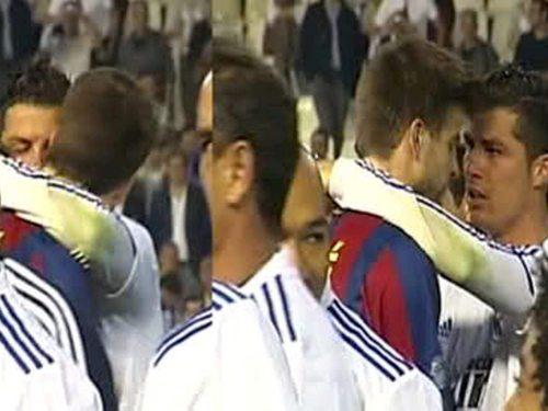 Gerard Piqué kisses Cristiano Ronaldo !!