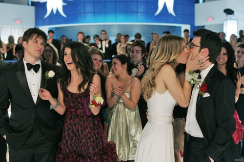 Naomi - The Prom Before the Storm (3×21)
