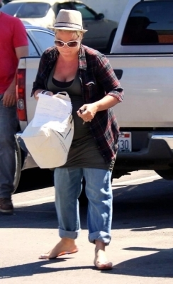 P!nk grocery shoping at Safeway - April 26
