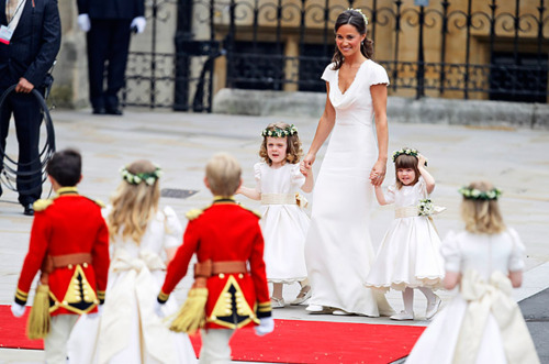 pangeran william dan kate middleton wallpaper possibly containing a bridesmaid entitled Pippa Middleton arrives with the page boys and ring bearers