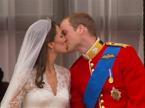 Prince William and Kate Middleton 吻乐队(Kiss) on balcony