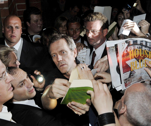 hugh laurie Signing Autographs for mashabiki after the Berlin tamasha