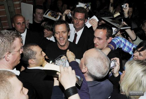 hugh laurie Signing Autographs for fans after the Berlin concert