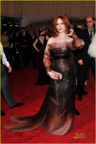 "Christina Hendricks achtergrond called ""Alexander McQueen: Savage Beauty"" Costume Institute Gala At The Metropolitan Museum Of Art"