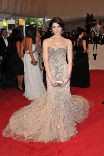 Ashley Greene's amazing dress দ্বারা Donna Karan in full HQ detail