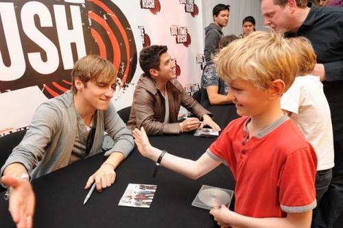 Big time rush signing autographs in Londres