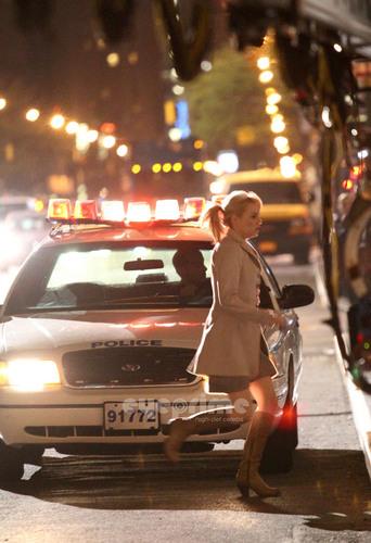 Emma Stone runs away from NYPD