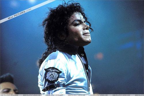 배드 시기 바탕화면 containing a concert, a guitarist, and a 고수, 드러 머 called Michael Jackson Bad Era and TOUR!!