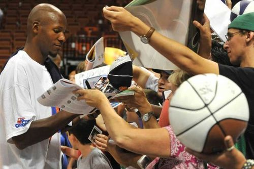 ray Allen signing autographs