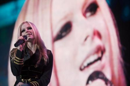 avril singing on tour