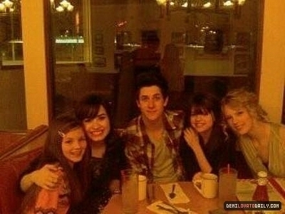 rare pic 15 - delena hang out with david henrie, taylor swift, n 1 más friend.