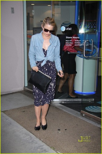 Dianna Agron: AT&T Store Stop