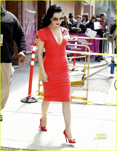 Dita Von Teese: Wendy Williams दिखाना Visit!