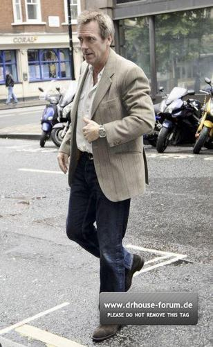 HUGH ARRIVING @BBC RADIO 2 STUDIOS 5.Mai 2011